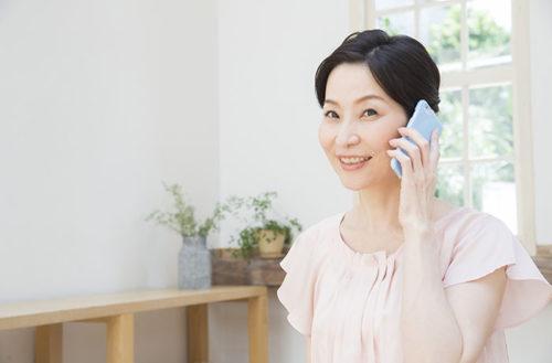 電話相談中の女性
